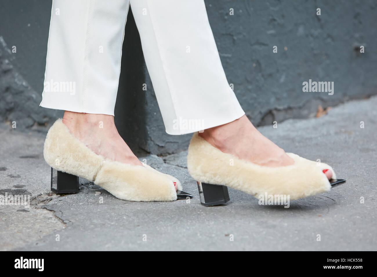 newest e40f5 43673 Donna con pelliccia beige scarpe e pantaloni bianchi prima ...