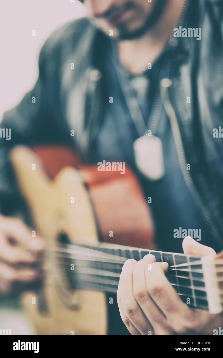 Uomo di suonare una chitarra Immagini Stock