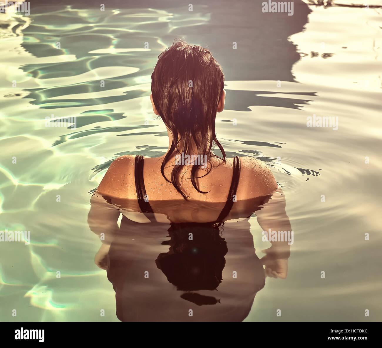 Ragazza di nuoto sott'acqua in piscina Immagini Stock