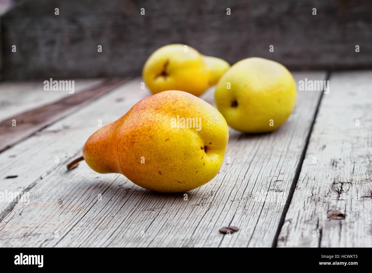 Pera su un tavolo di legno shot con il fuoco selettivo Foto Stock