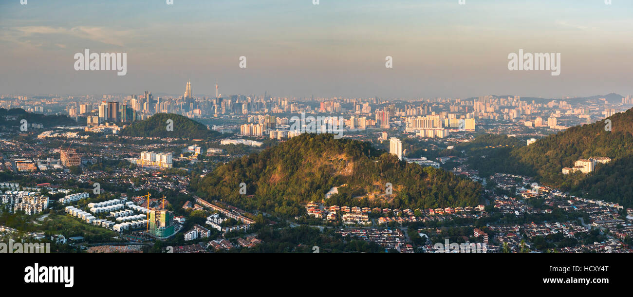 Kuala Lumpur skyline visto all'alba dal Bukit Tabur Mountain, Malaysia Immagini Stock