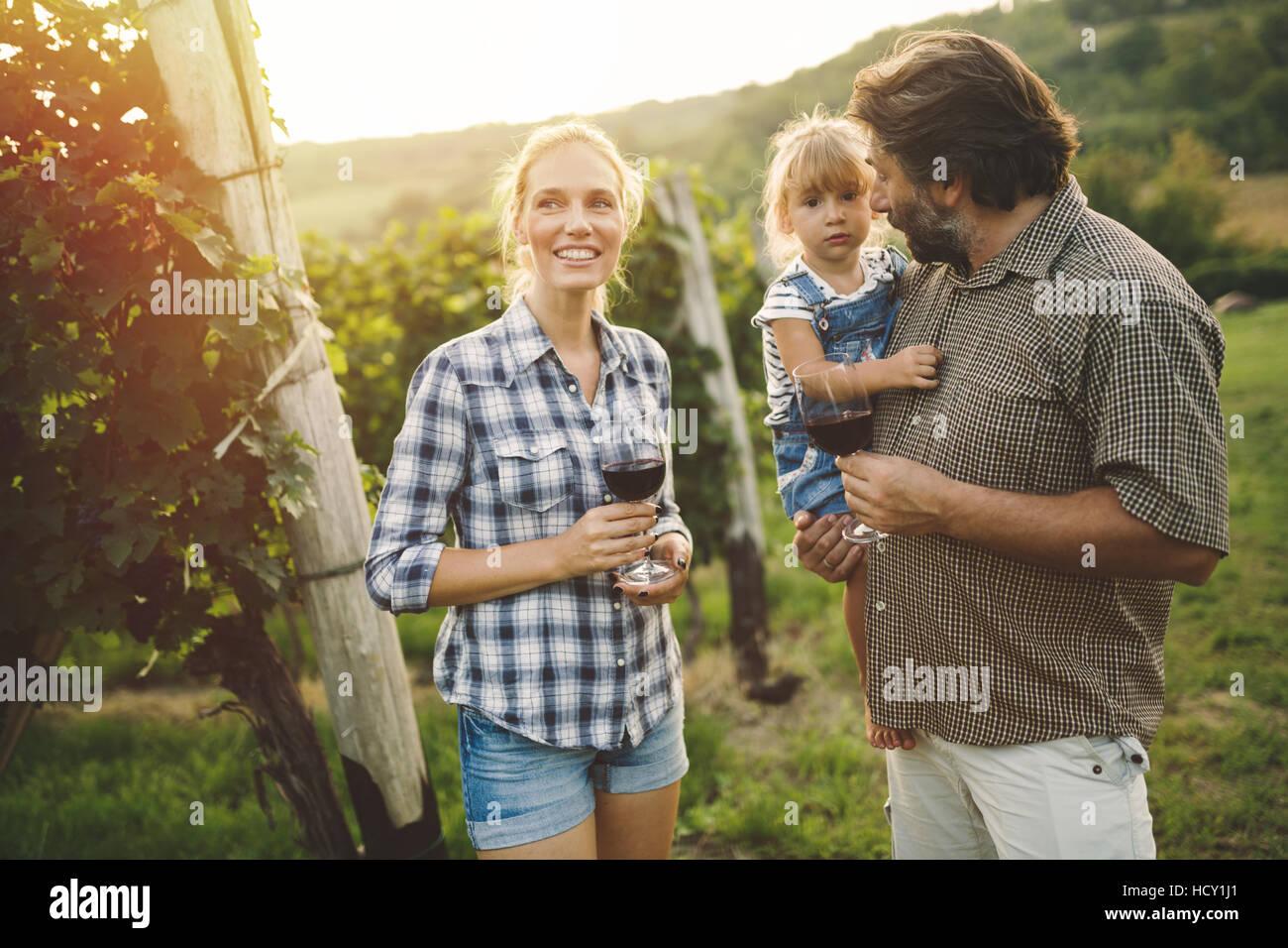 Felice viticoltori la degustazione di vino in vigna Immagini Stock