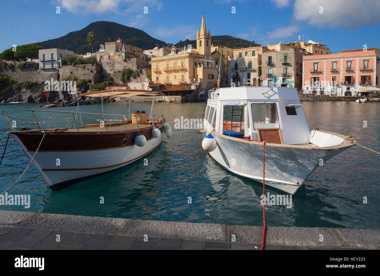 Marina Corta Harbour e San Giuseppe chiesa, Isola di Lipari, Isole Eolie, UNESCO, Sicilia, Italia, Mediterranea Immagini Stock
