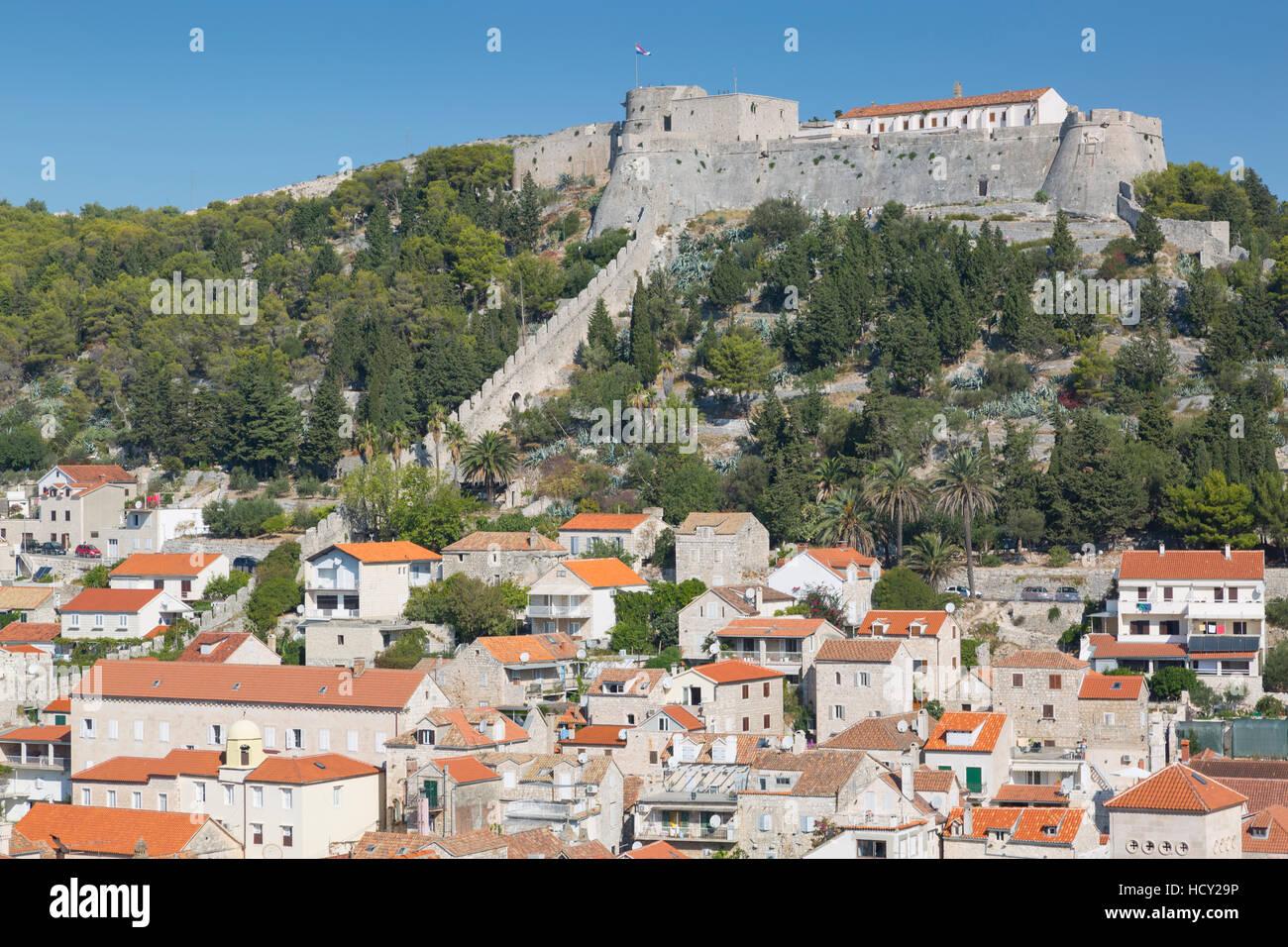 Vista principale di Hvar piazza dominata dalla fortezza spagnola, Hvar, isola di Hvar, Dalmazia, Croazia Foto Stock