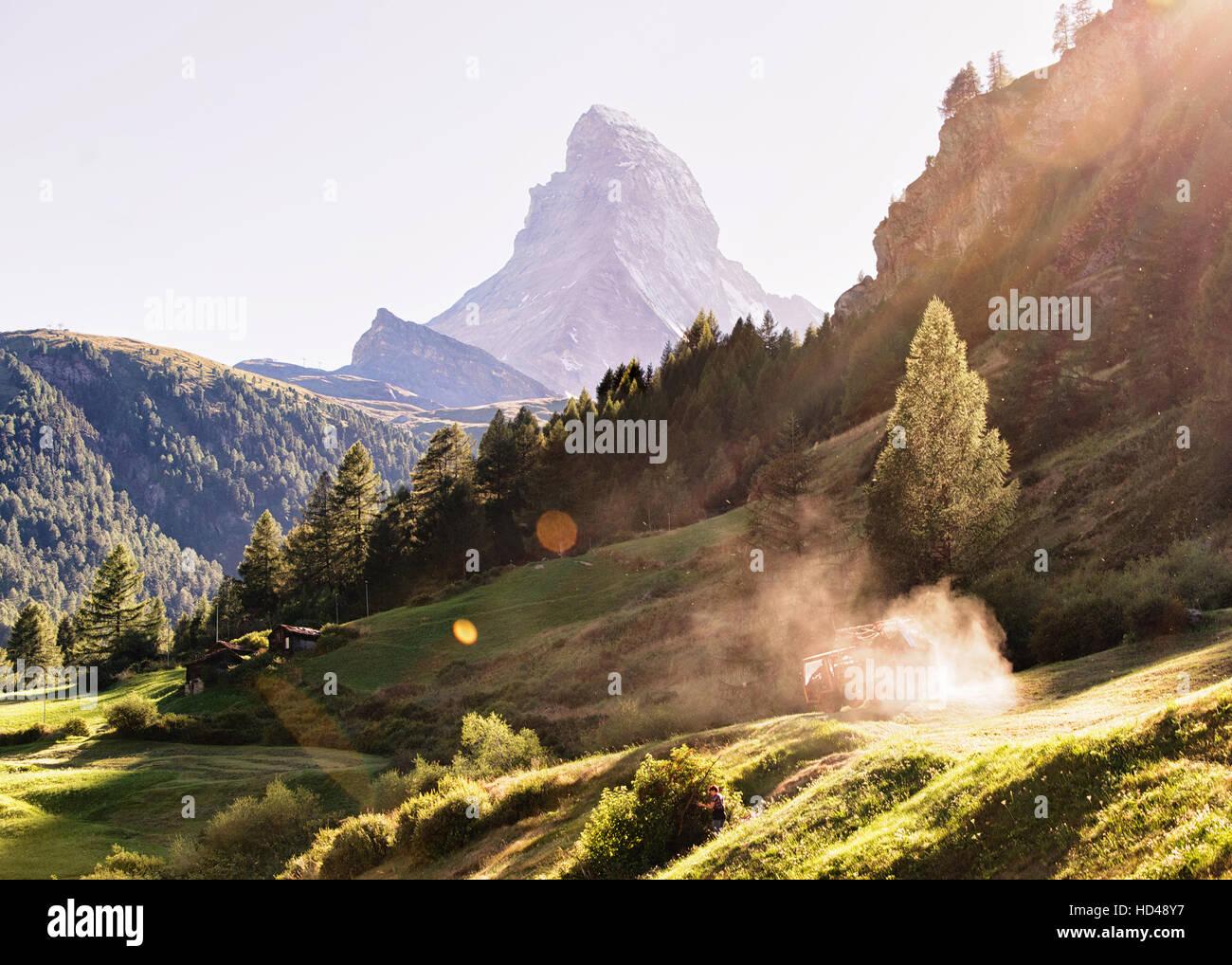 Monte Cervino e lavori agricoli in Zermatt, Svizzera in estate. Con speciali raggi di luce e di sole flare Immagini Stock
