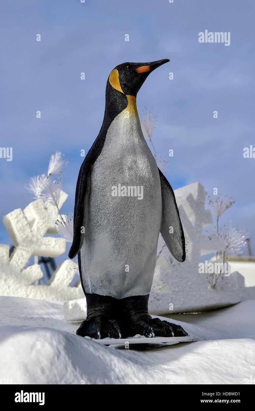Penguin nel paesaggio invernale, Europa-Park ruggine, Baden-Württemberg, Germania Immagini Stock