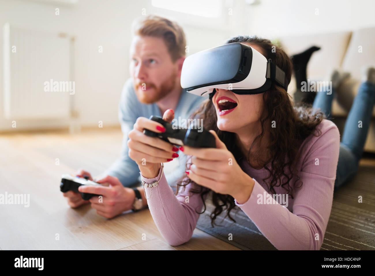 Giovane divertirsi godendo di VR e giochi Immagini Stock