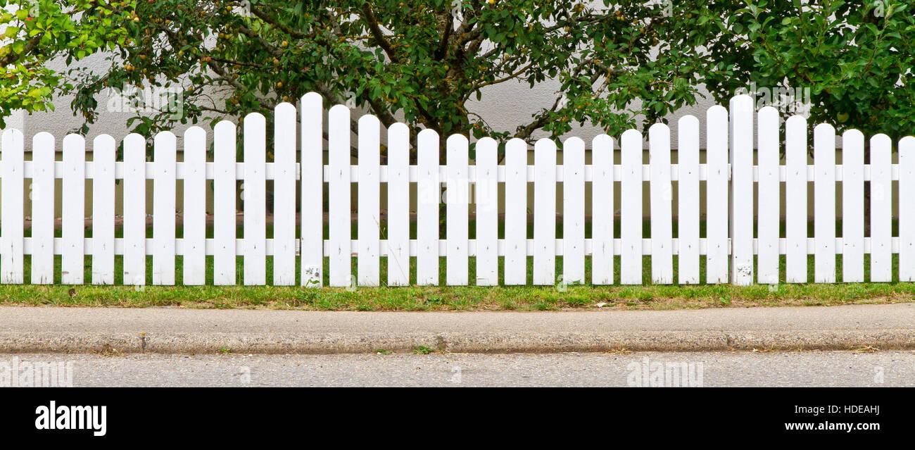 Staccionata Bianca In Legno bianco, recinzione di legno nella parte anteriore di un