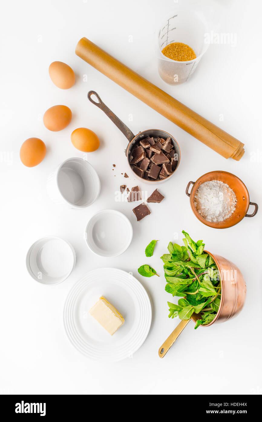 Uovo di cioccolato burro zucchero farina di erba menta foglie Immagini Stock