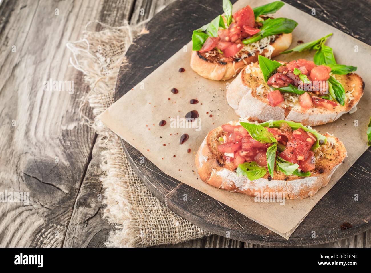 Al pomodoro e basilico condimento di pane vegetale alimentare della scheda Immagini Stock