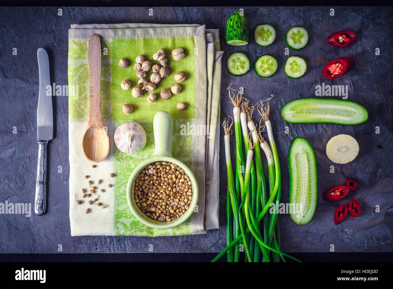 Verdure con il condimento sulla pietra scura sullo sfondo vista superiore Immagini Stock