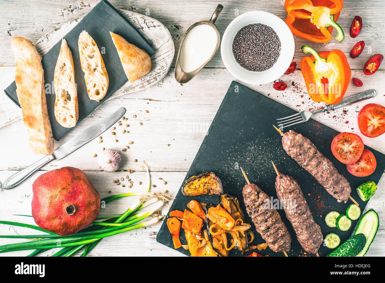 Kebab condimento a base di carne yogurt aglio cipolla verde hot Immagini Stock
