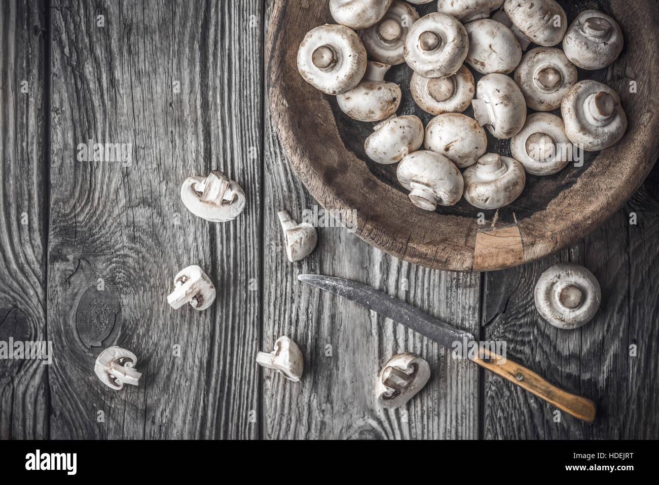 Champignon sulla ciotola di legno sul vecchio tavolo orizzontale Immagini Stock