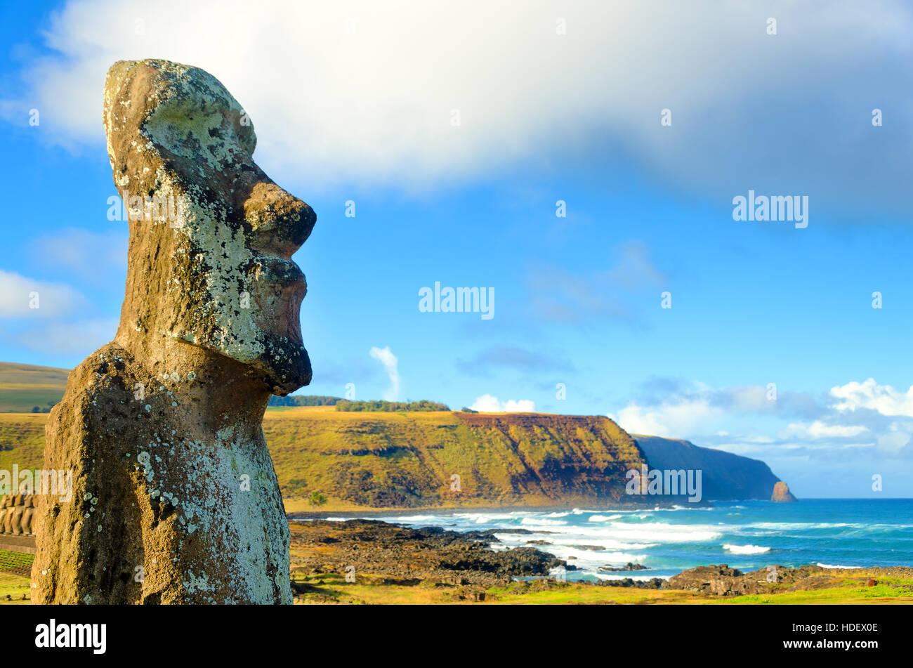 Primo piano della grande Moai a Ahu Tongariki sull'Isola di Pasqua, Cile Immagini Stock