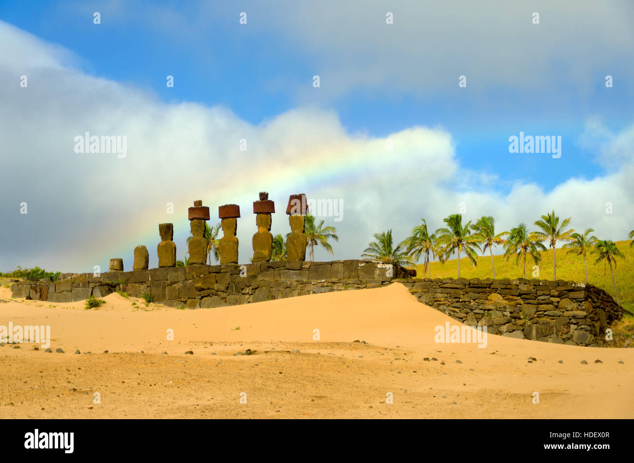 Rainbow su Moai in Anakena Beach sull'Isola di Pasqua, Cile Immagini Stock
