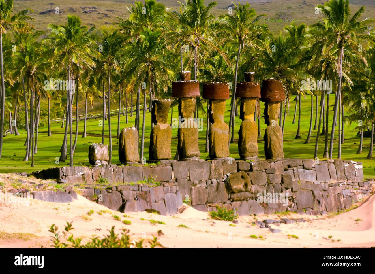 Moai su una spiaggia dell'isola di pasqua, Cile Immagini Stock