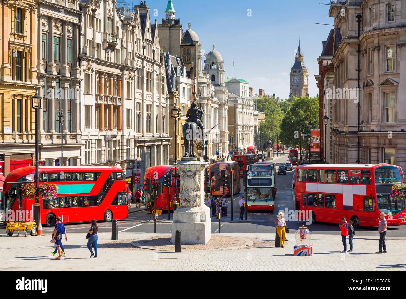LONDON, Regno Unito - il traffico su Trafalgar square Immagini Stock