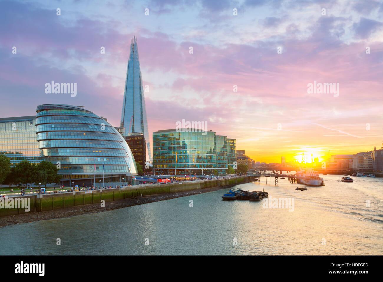 Municipio di Londra e il Coccio al tramonto Immagini Stock