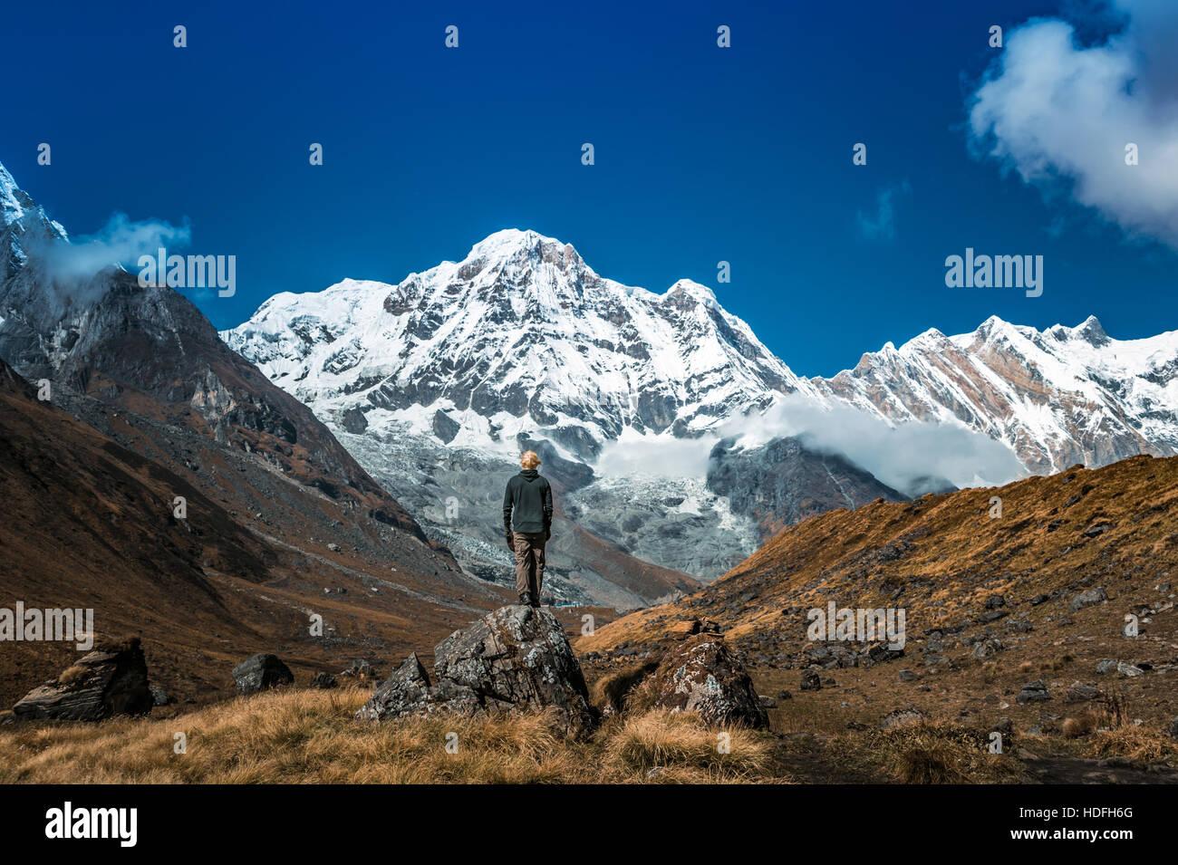 Giovane uomo sta solo in montagna. Immagini Stock