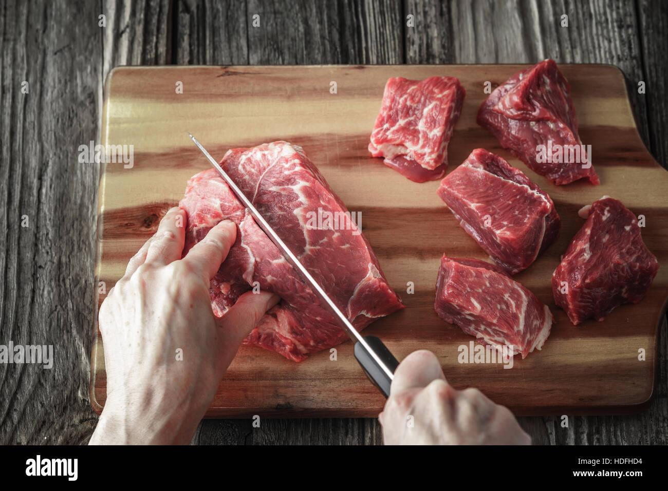 Il taglio di carne di manzo angus sul tavolo di legno orizzontale Immagini Stock