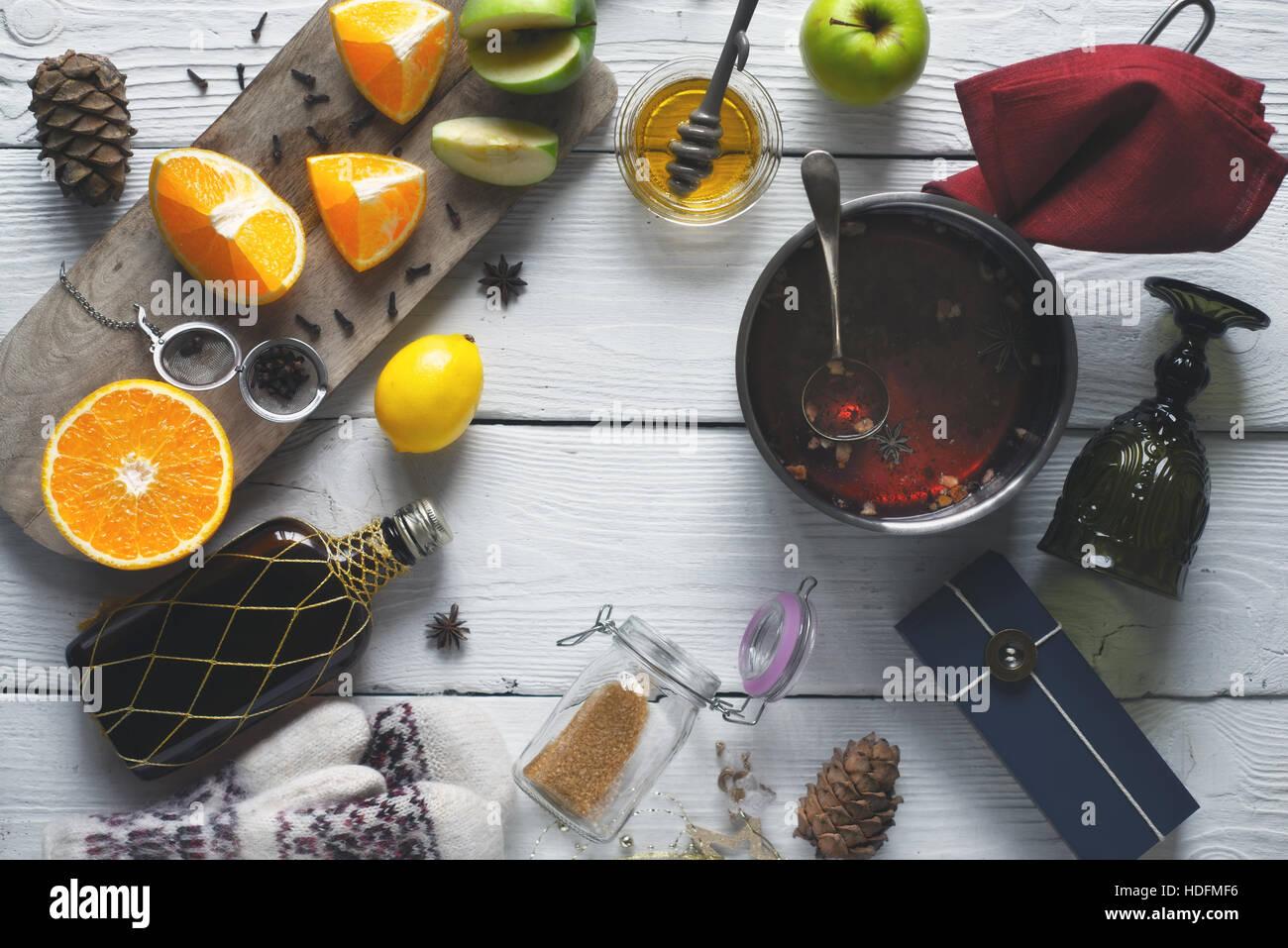 Ingredienti per il vin brulé sul bianco tavolo in legno vista superiore Immagini Stock