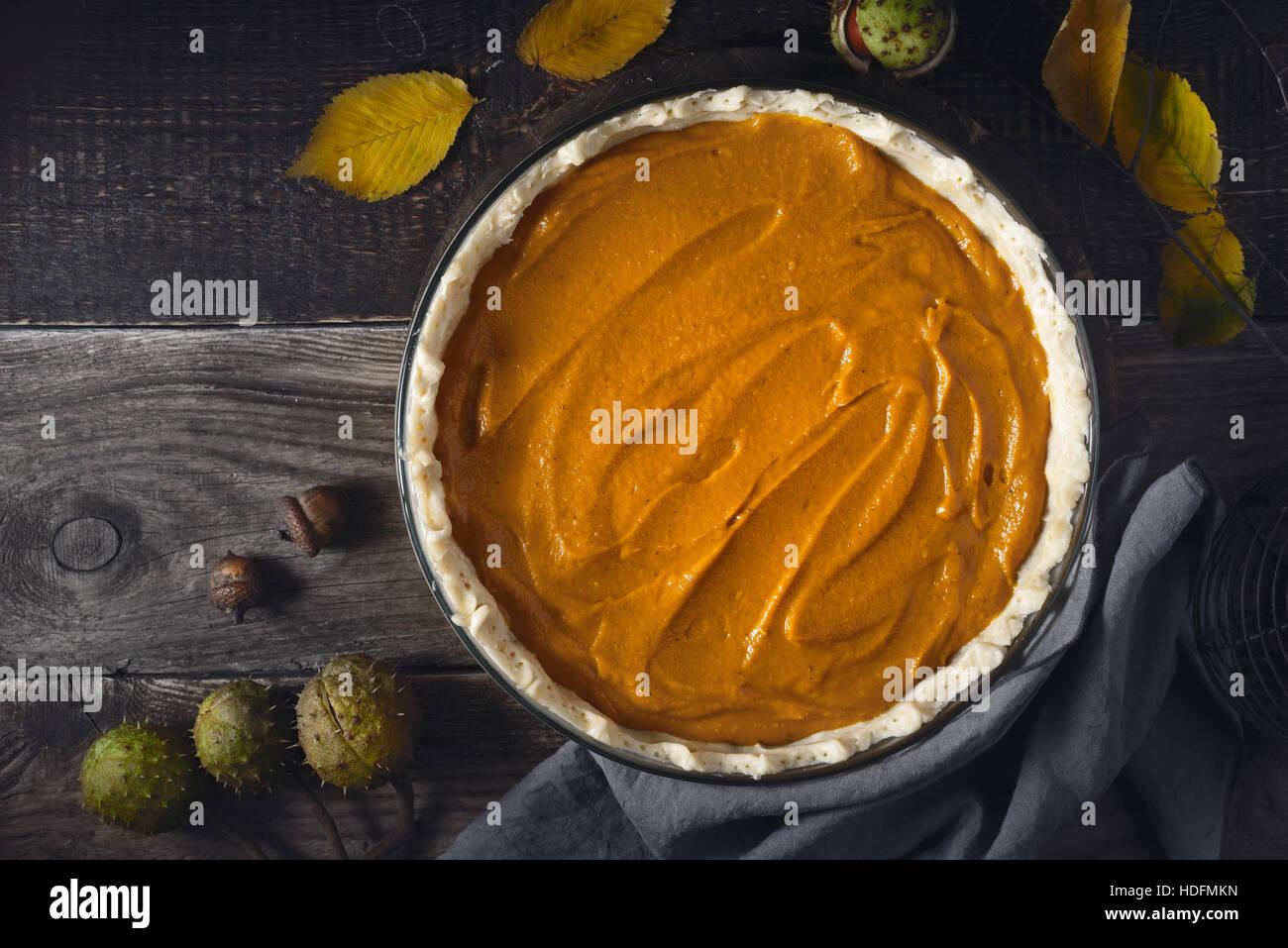 Raw torta di zucca sul tavolo di legno orizzontale Immagini Stock