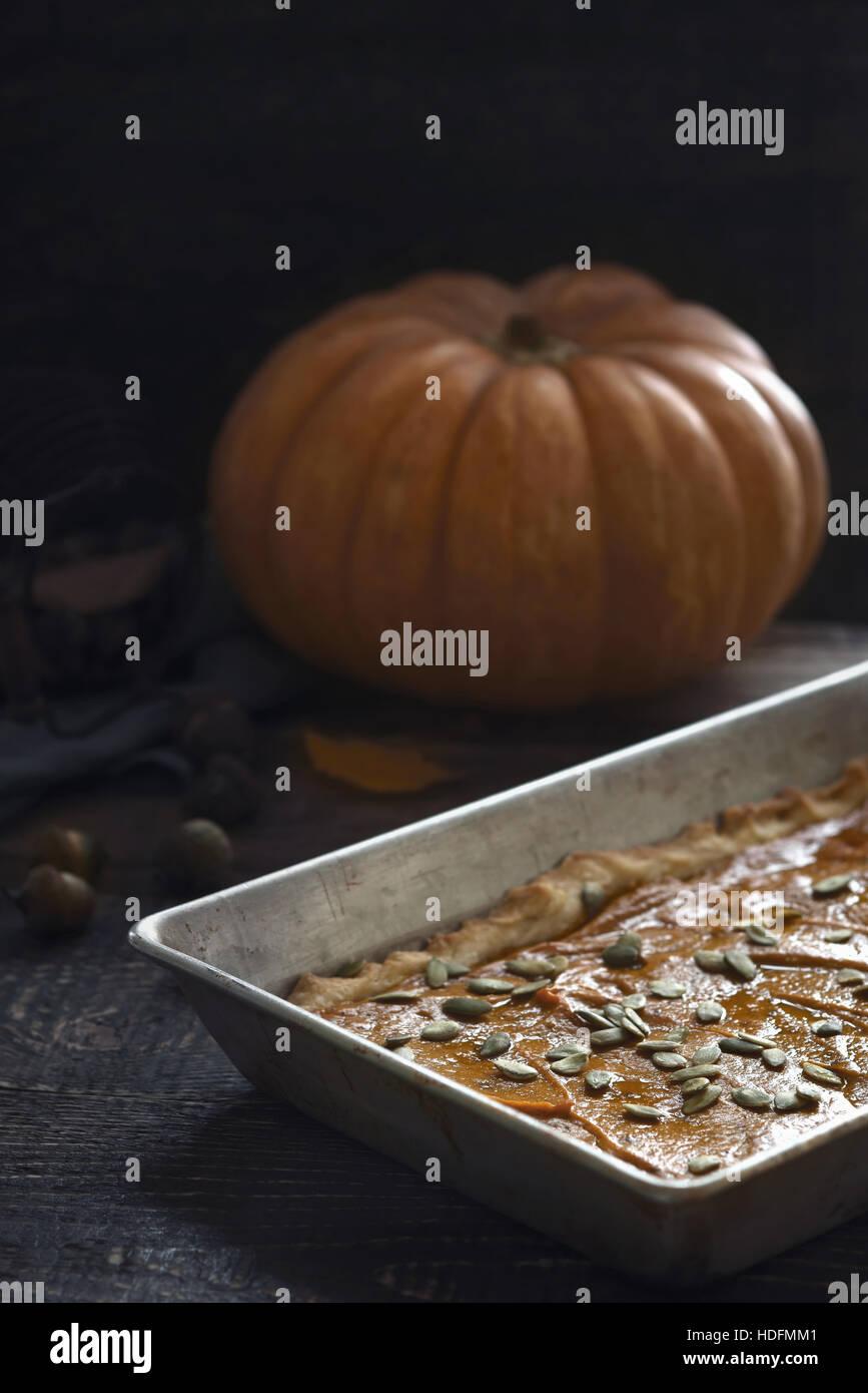 Torta di zucca sul tavolo di legno in verticale Immagini Stock