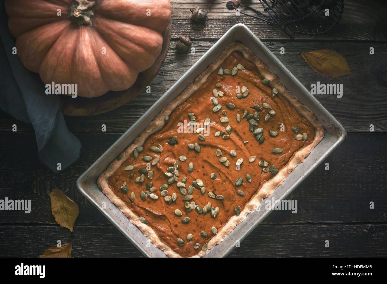 Torta di zucca sul tavolo di legno con il dono di autunno Immagini Stock