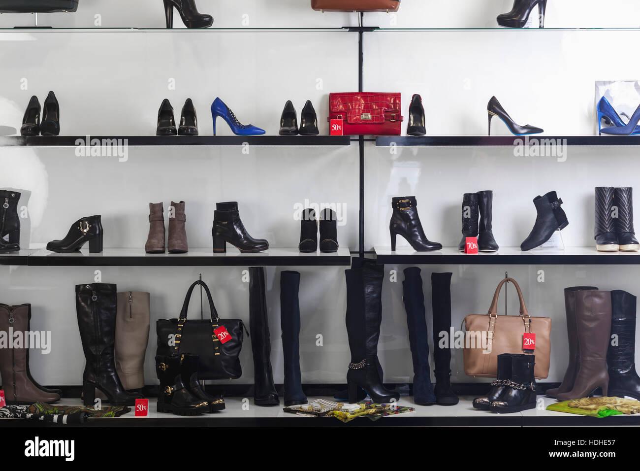 Varie tipologie di calzature e portamonete visualizzati sugli scaffali in  negozio Immagini Stock a64e9c23d7a