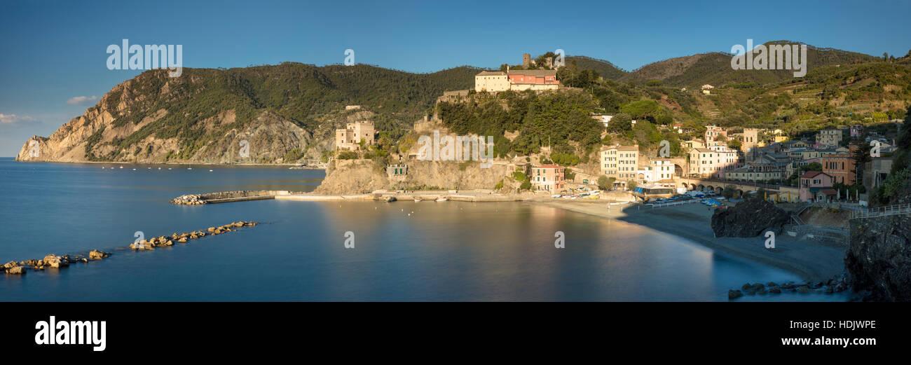 La mattina presto su Monterosso al Mare - una delle Cinque Terre Liguria, Italia Immagini Stock