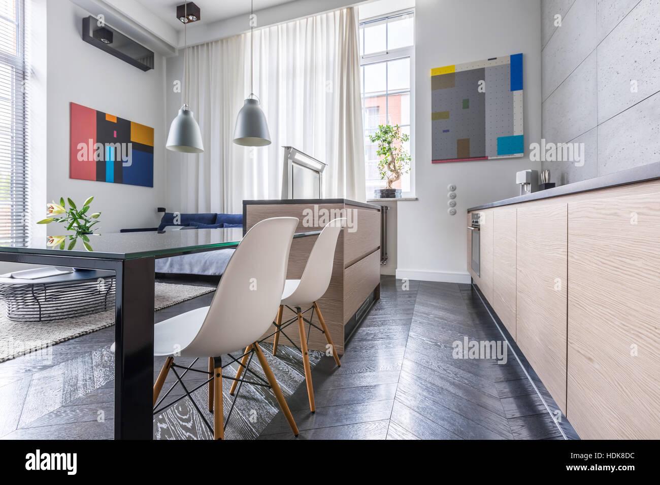 Cucina contemporanea con tavolo e sedie bianche e grigie