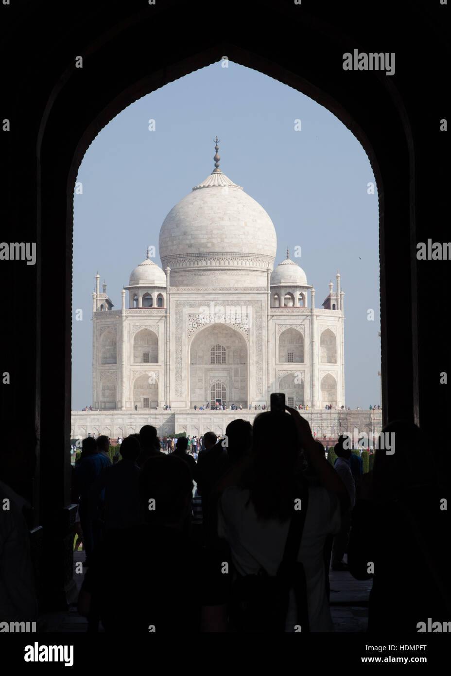 Il Taj Mahal mausoleo,vista attraverso il cancello di ingresso,Uttar Pradesh, India Immagini Stock