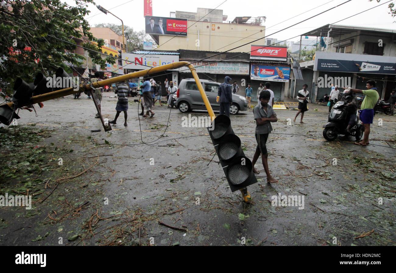 (161213) -- Chennai, India, Dic 13, 2016 (Xinhua) -- Un semaforo è saltato giù da un forte vento quando Immagini Stock
