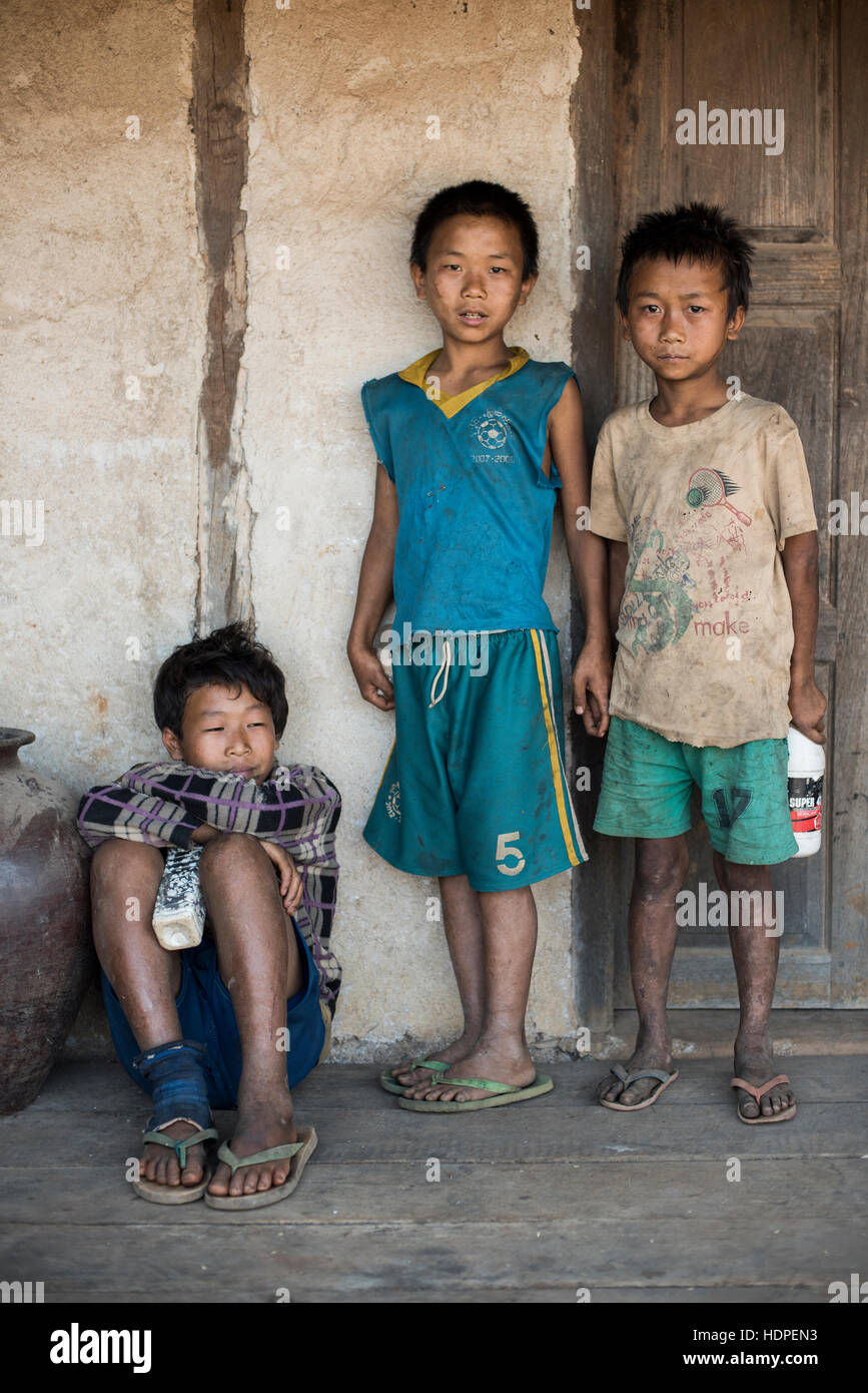Tre bambini birmani in Stato Kayah, Myanmar. Immagini Stock