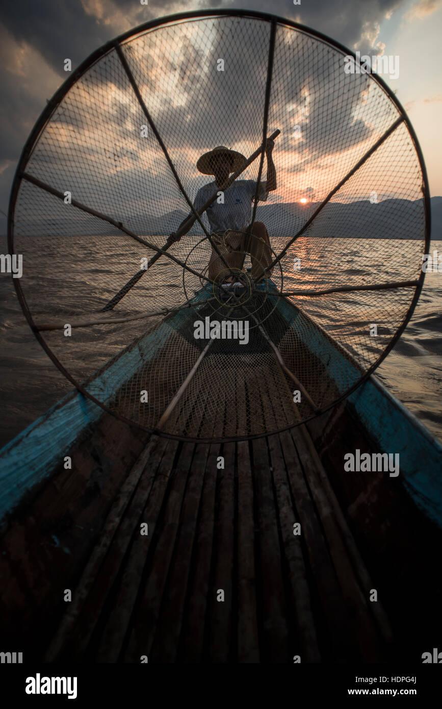 Pescatore al lavoro sul Lago Inle, Nyaungshwe, Myanmar. Immagini Stock