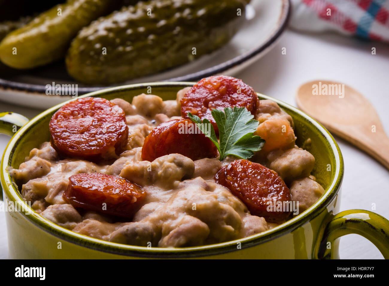 Stufato di fagioli con salsiccia nella ciotola verde Immagini Stock