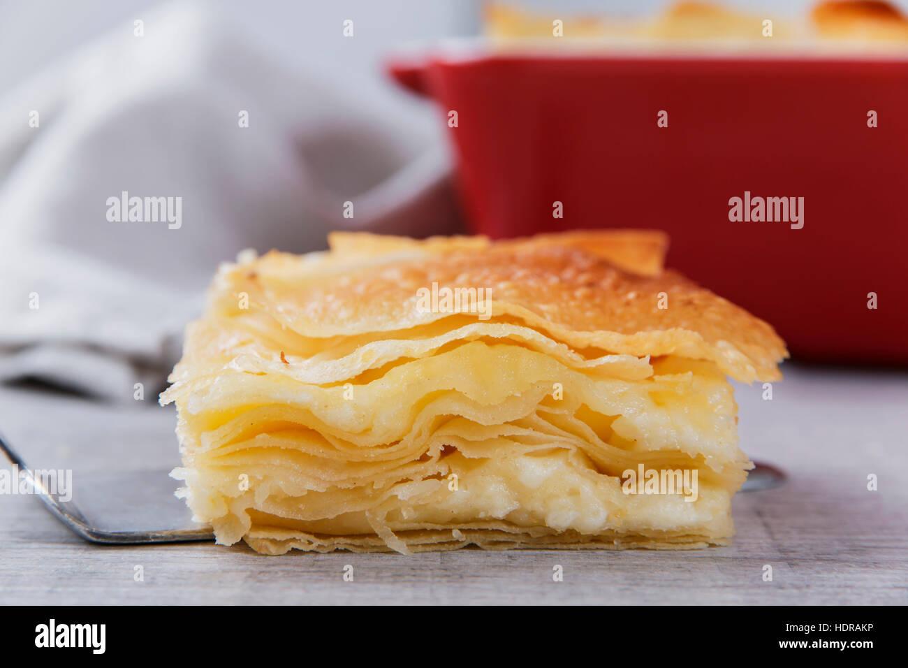 Formaggio e torta di pasta fillo burek Immagini Stock