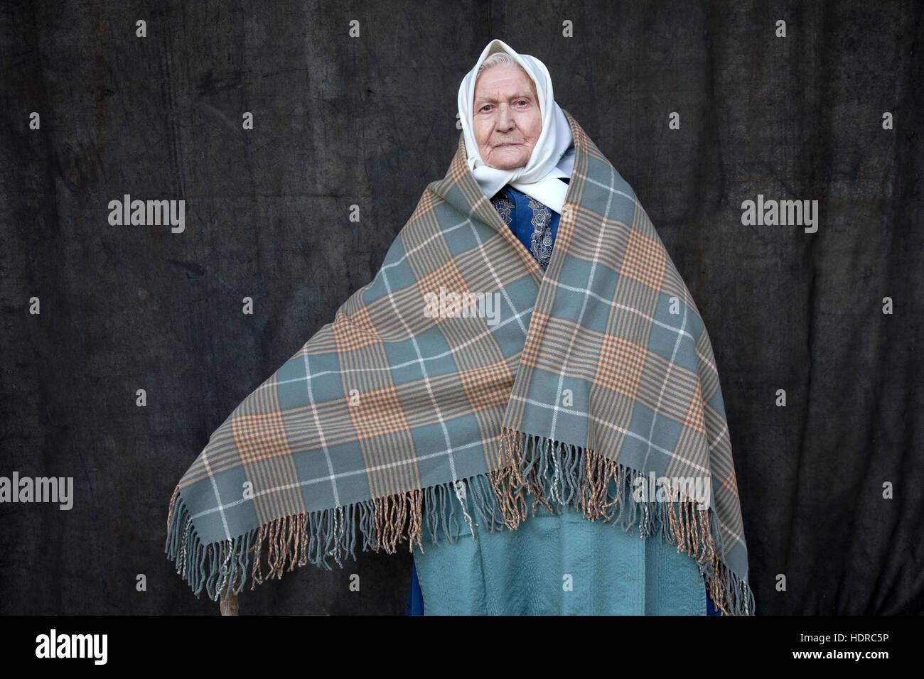 Donna che indossa il costume tradizionale pf in Moravia meridionale, Repubblica Ceca Immagini Stock