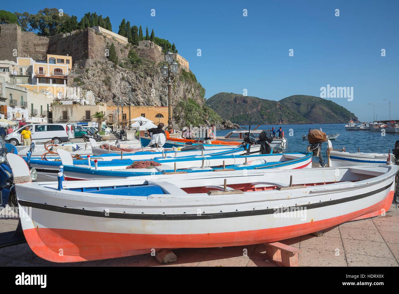 Barche da pesca a Marina Corta, cittadina Lipari, Isola di Lipari, Isole Eolie, Sito Patrimonio Mondiale dell'UNESCO, Immagini Stock