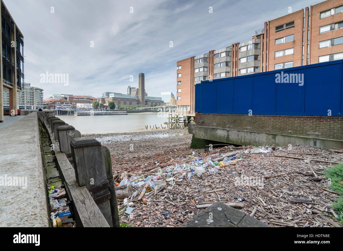 Bottiglie di plastica e il cestino dei rifiuti in Queens Quay / Queenhithe sulle rive del fiume Tamigi, London, Immagini Stock