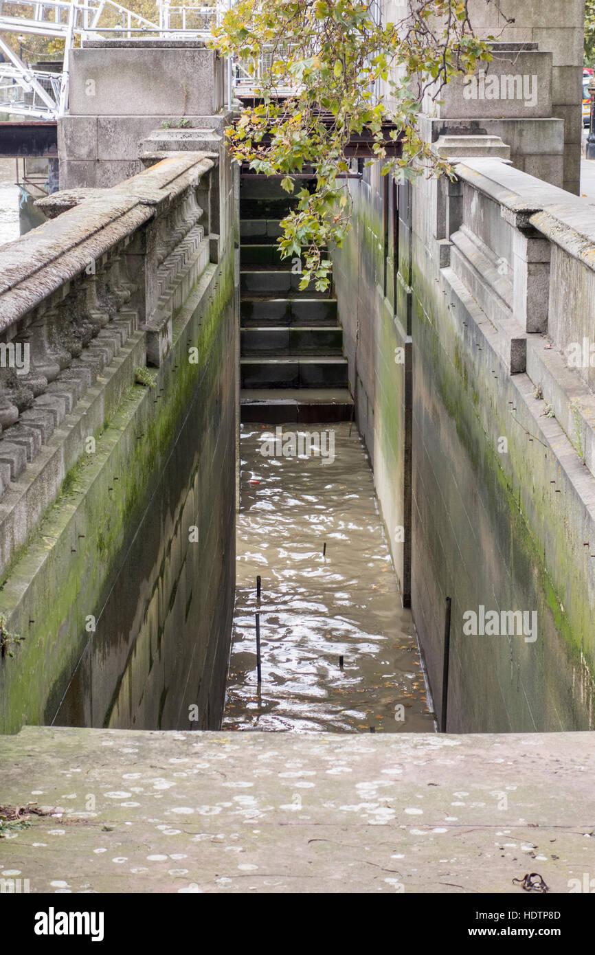 Gradini di accesso nel fiume Tamigi da Victoria Embankment, London, Regno Unito Immagini Stock