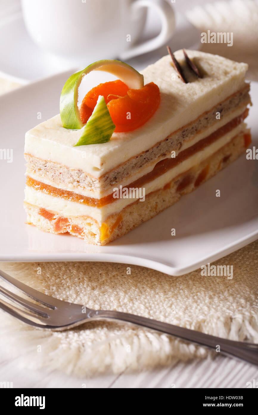 Bellissima cibo: torta di albicocche close-up su una piastra verticale. Immagini Stock