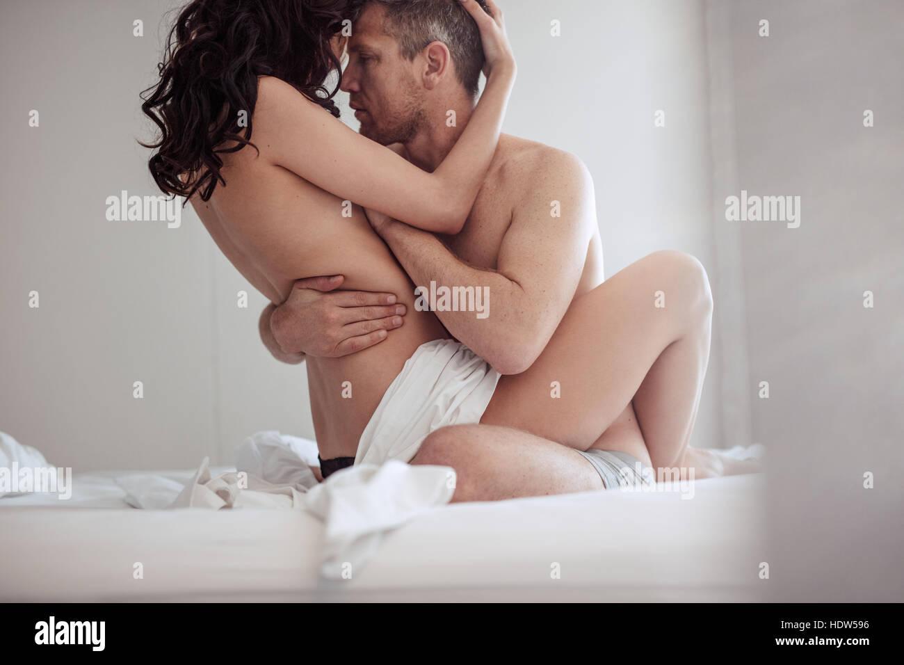 Coppia giovane avendo sesso in camera da letto. Gli amanti sensuale ...