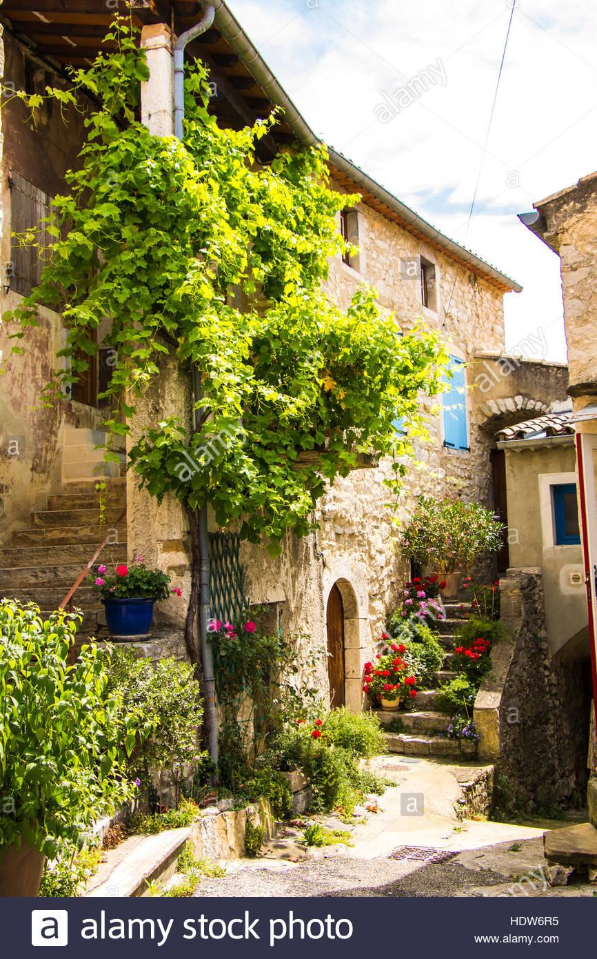 Borgo medievale le po t c lard la provenza francese casa for Casa francese di abiti e profumi
