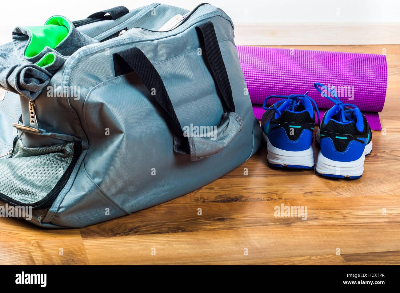 Sport borsa sul pavimento in legno Immagini Stock