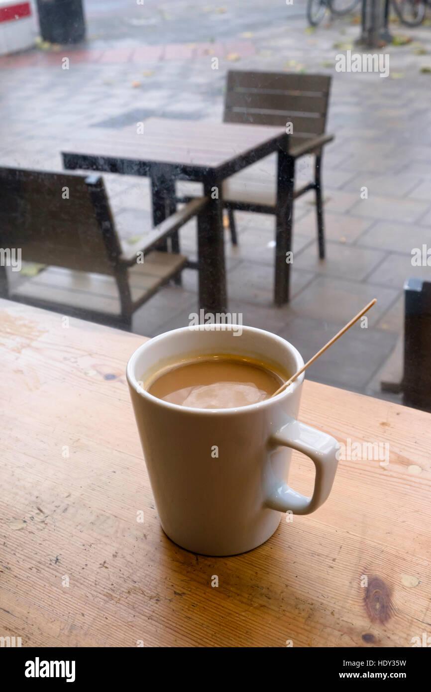 Tazza di caffè nella caffetteria finestra Immagini Stock