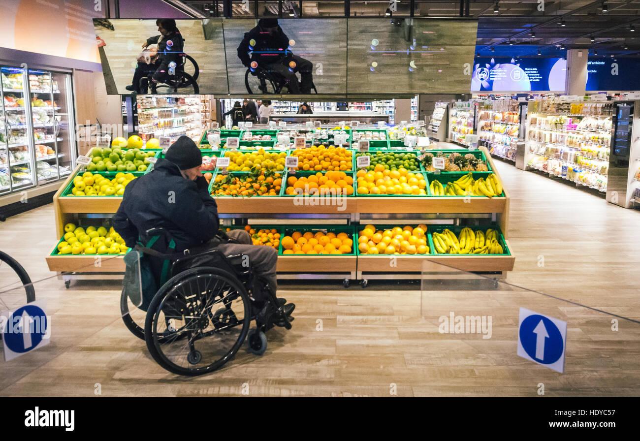 Coop Italia, la più grande catena di supermercati, ha collaborato con Accenture per reinventare l'esperienza Immagini Stock