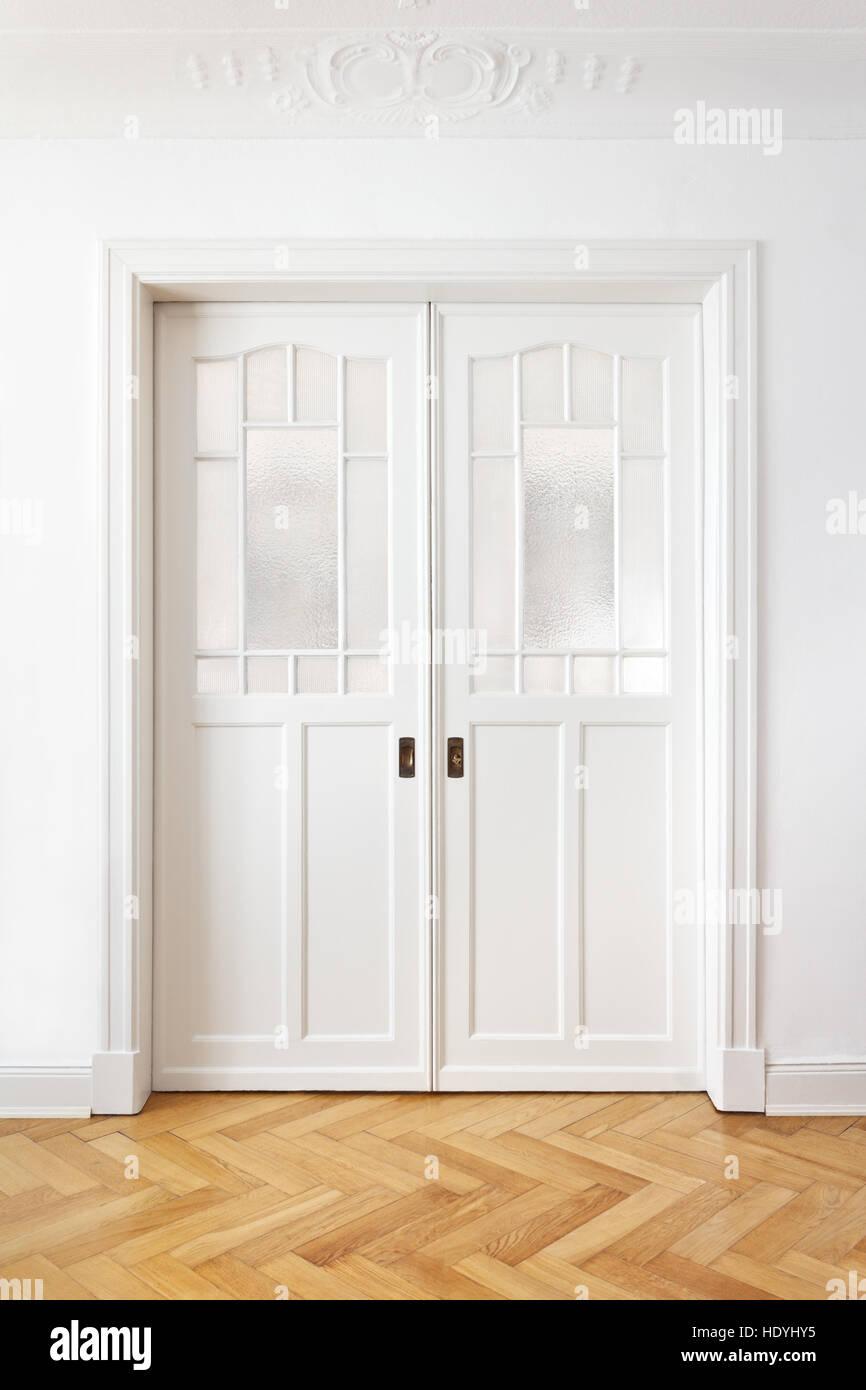 Vecchio nostalgico doppia porta scorrevole con vetro testurizzato in ...