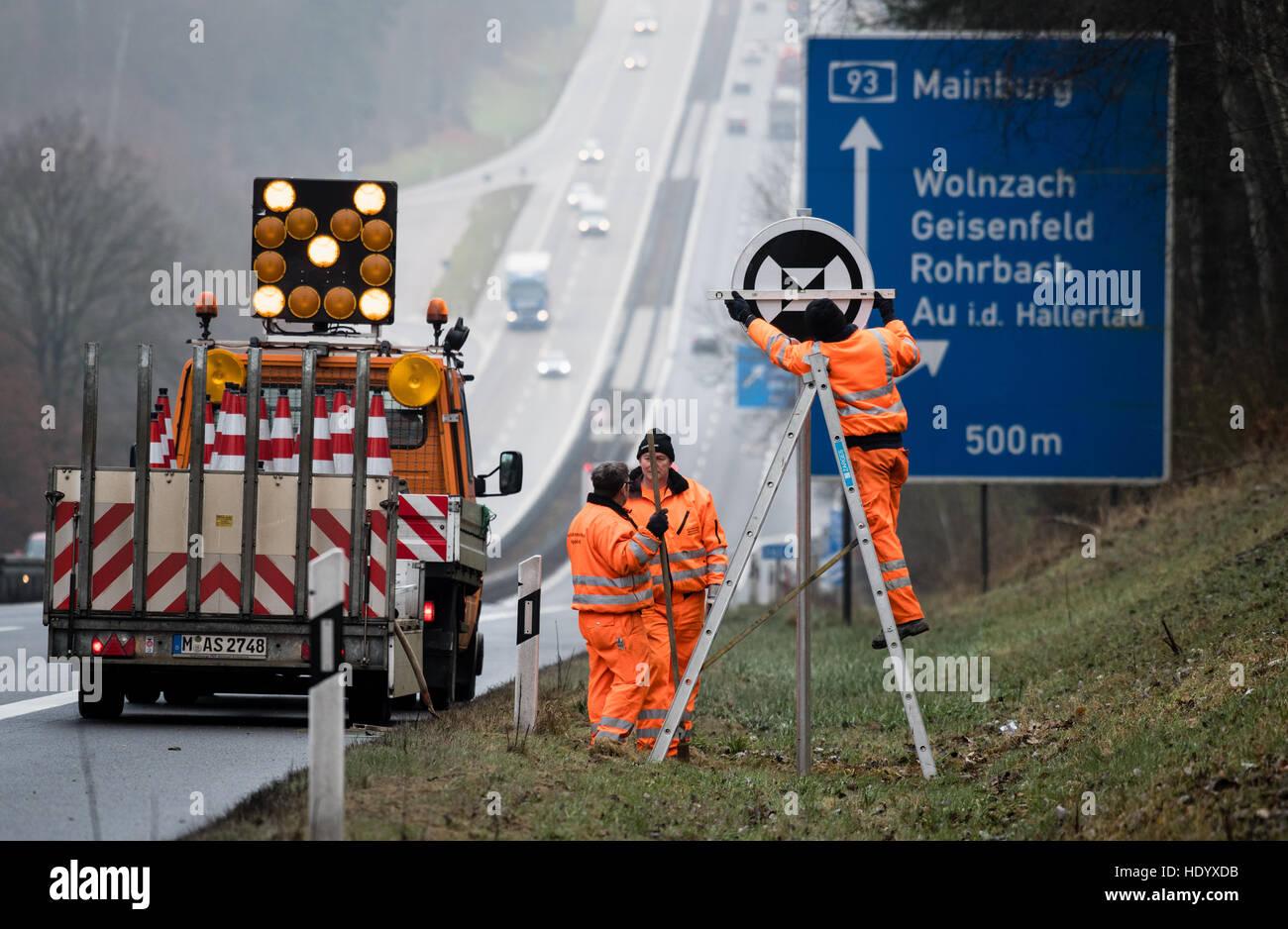 Wolnzach, Germania. 15 Dic, 2016. I lavori di manutenzione stradale lavoratori dal Autobahnmeisterei Ingolstadt Immagini Stock