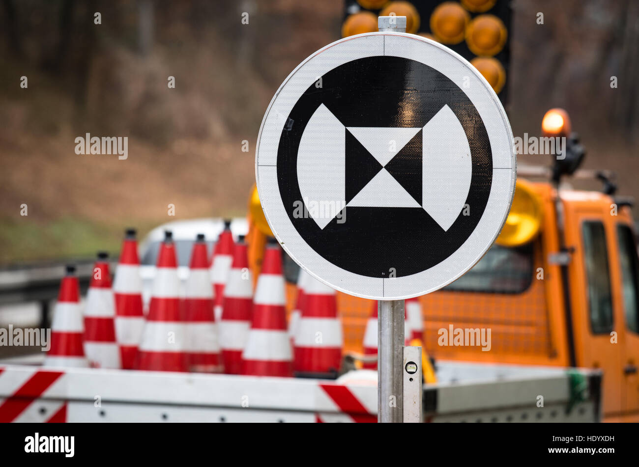 Wolnzach, Germania. 15 Dic, 2016. Un cartello stradale per veicoli autonomi raffigurata sul Autobahn 93 autostrada Immagini Stock